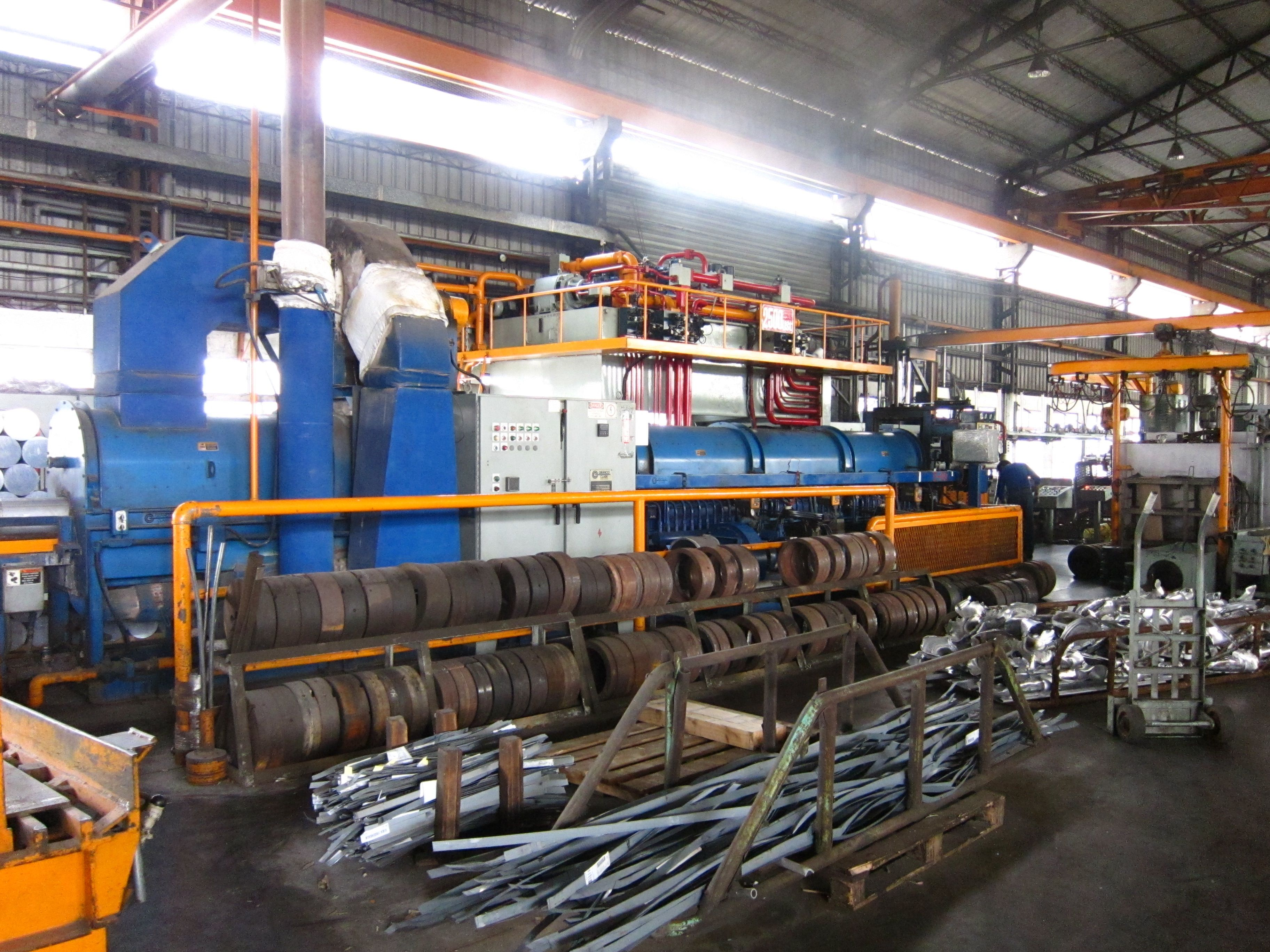 Al_extrusion_machine_with_dies